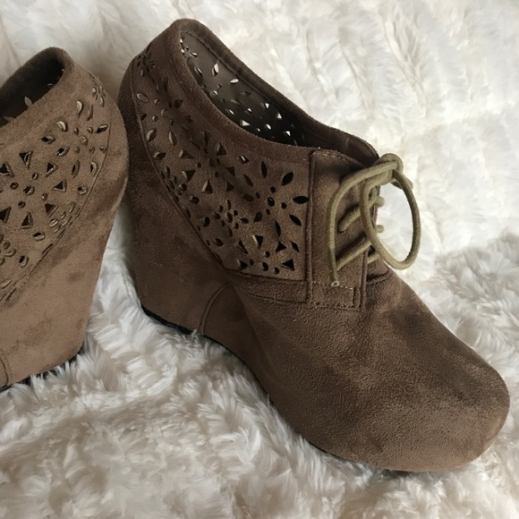 664dafc96b1 Brown Lace Up Suede Wedge Ankle Booties! M 5bf994abde6f62bdf212afd2